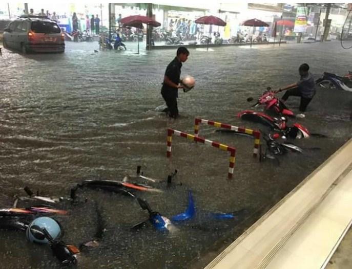 ด่วน!! โคราชเจอพิษฝนกระหน่ำ ถนนหน้าตลาดเซฟวันจมบาดาล