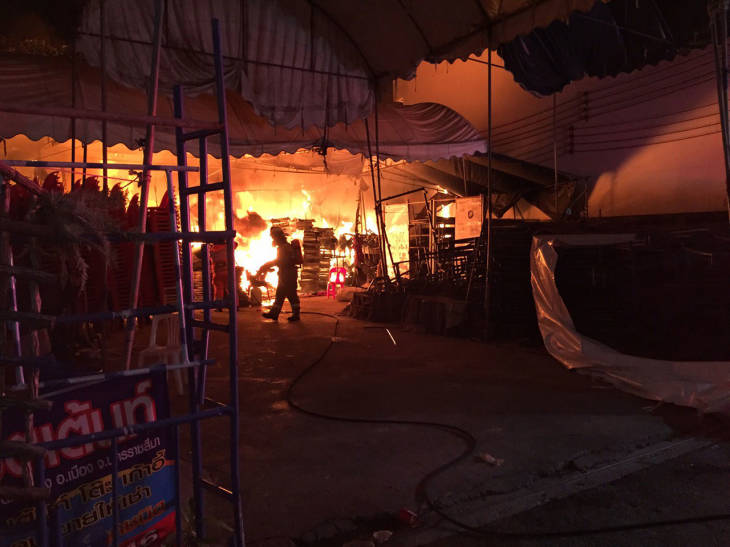เพลิงไหม้ร้านกาแฟชื่อดังเมืองโคราช เผาวอดลามร้านเต็นท์ เสียหาย 5 แสน